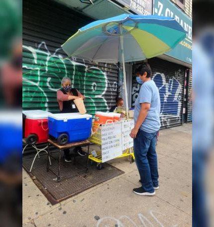 La inmigrante mexicana Sonia atiende a un cliente en su puesto de venta de desayunos mexicanos en su vecindario de Brooklyn, Nueva York. EFE/Ruth E. Hernández