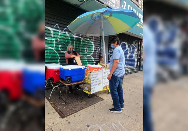 Mexicana regresa con miedo a la venta ambulante para impedir su desalojo