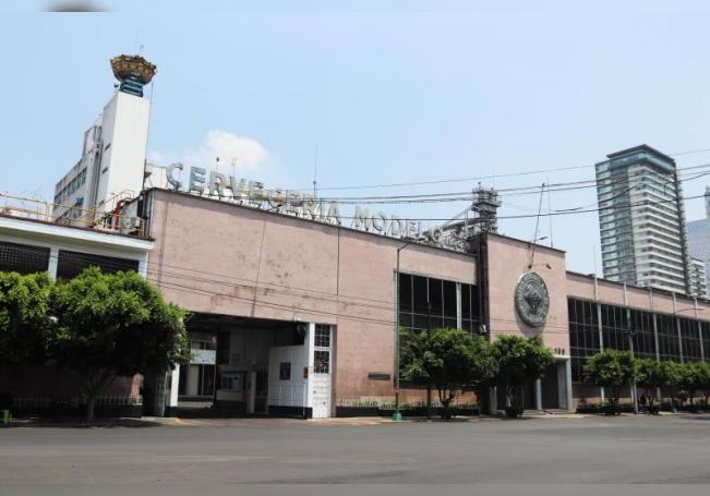 Vista de la fachada de la empresa mexicana Grupo Modelo en Ciudad de México (México). EFE/José Pazos/Archivo