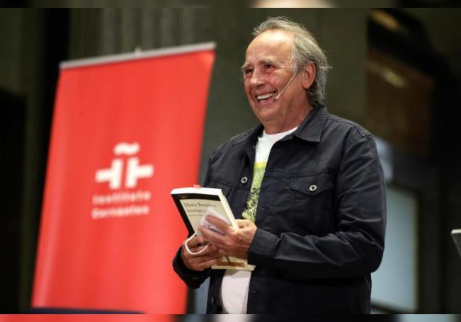 El cantautor Joan Manuel Serrat participa en un homenaje al escritor uruguayo Mario Benedetti. EFE/ Kiko Huesca