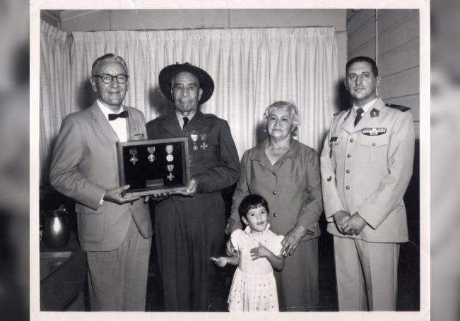 Fotografía cedida por Texas Historical Commission donde aparece el soldado Marcelino Serna (2i), mientras recibe un cuadro lleno de medallas de manos del comandante M.R. McKinney (i), junto al mayor Bernanrd L. Mourlevat (d); Diana Stopani (2d) y la srta. M. Serna. EFE/Texas Historical Commission /SOLO USO EDITORIAL /NO VENTAS
