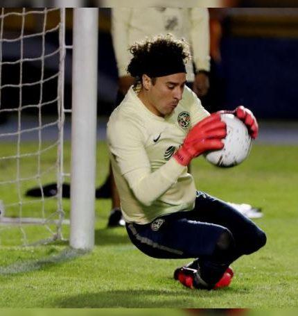 Guillermo Ochoa participa en un entrenamiento del Club América. EFE/Esteban Biba/Archivo