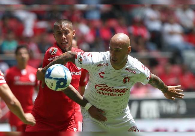 Jonatan Maidana (i) de Toluca disputa un balón ante Ariel Nahuelpan (d) de Xolos en el estadio Nemesio Diez de Toluca (México). EFE/ Alex Cruz/Archivo