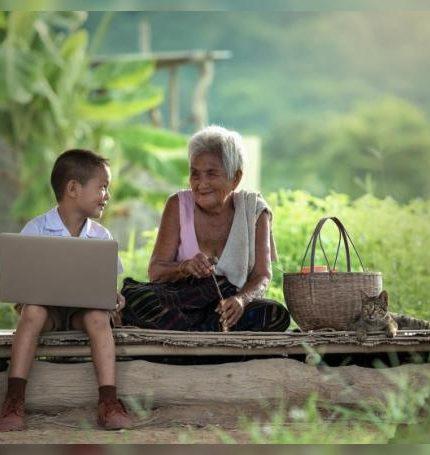 Fotografía cedida hoy por Mastercard que muestra a una anciana campesina mientras sonríe junto a su nieto. EFE/Mastercard /SOLO USO EDITORIAL /NO VENTAS
