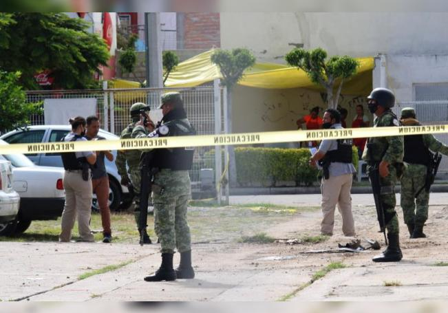 Agentes federales resguardan el sitio baleado por un grupo armado donde al menos cinco personas fueron asesinadas en la madrugada de hoy, durante un velorio que se celebraba en el municipio de Celaya, en el céntrico estado mexicano de Guanajuato, el más violento del país desde 2018, según informaron las autoridades locales. EFE/STR