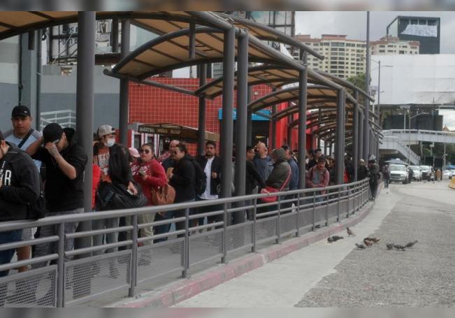 Cientos de personas hacen fila intentando cruzar hacia Estados Unidos en la frontera con México, en la ciudad de Tijuana en Baja California, (México). EFE/Archivo