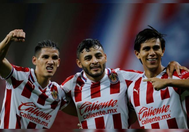 Carlos Antuna (i), Alexis Vega (c), y José Juan Macías (d) de Chivas del Guadalajara celebran una anotación ante Querétaro. EFE/Francisco Guasco/Archivo