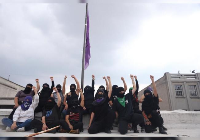 Un grupo de mujeres miembro del bloque negro mantienen ocupada hoy, la sede de Comisión Nacional de Derechos Humanos (CNDH), en Ciudad de México (México). EFE/ Sashenka Gutiérrez
