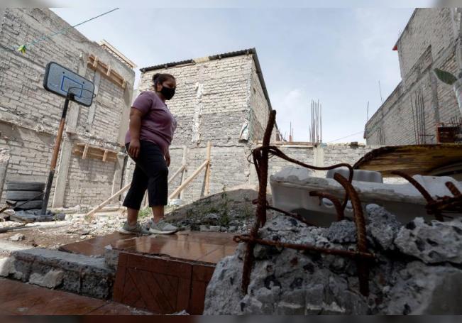 África García Rivas, madre afectada por el sismo ocurrido el 19 de septiembre de 2017, muestra el sitio donde se ubicaba su casa, el lunes 14 de septiembre de 2020 en Ciudad de México (México). EFE/José Méndez