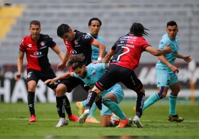 Jesús Angulo (i) e Ignacio Malcorra (d) de Atlas disputan el balón con César Huerta (c) de Mazatlán en el estadio Jalisco, en Guadalajara, Jalisco (México). EFE/Archivo
