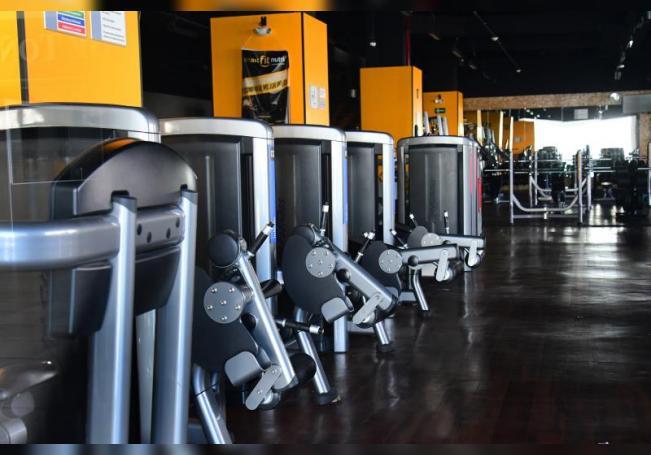 Vista general del interior de un gimnasio que permanece cerrado. EFE/Jorge Núñez/Archivo