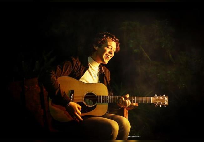 Fotografía cedida hoy por OCESA Seitrack que muestra al cantautor Chucho Rivas mientras toca su guitarra. EFE/ OCESA Seitrack /SOLO USO EDITORIAL /NO VENTAS /MÁXIMA CALIDAD DISPONIBLE