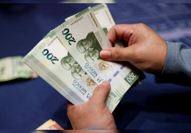 """En esta semana el tipo de cambio alcanzó un nivel mínimo de 20,85 y un nivel máximo de 21,31 pesos por dólar, y podría """"seguir apreciándose hasta niveles cercanos a los 20,60 pesos por billete verde"""". EFE/ José Méndez/Archivo"""