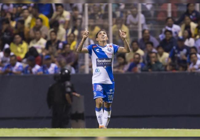 Omar Fernández de Puebla celebra un gol durante el partido de la jornada 16 del torneo clausura 2018 de la liga de fútbol mexicana, disputado en el estadio Cuauhtémoc, en la ciudad de Puebla (México). EFE/Francisco Guasco/Archivo