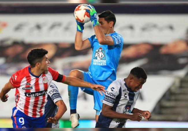 El portero de Pachuca Oscar Ustari (c) salta por el balón junto a su compañero Oscar Murillo (d) y Nicolas Ibañez de San Luis (i), durante un partido en el estadio Hidalgo de Pachuca (México). EFE/ Archivo