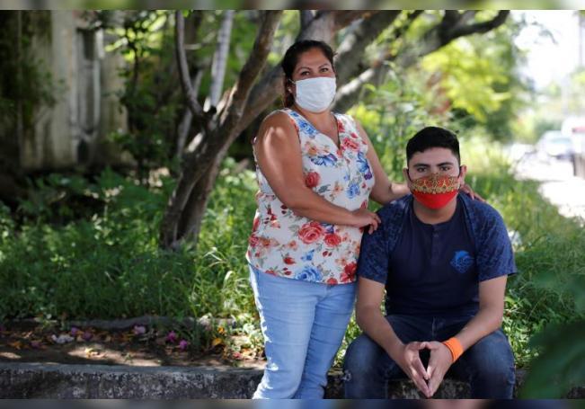 Adriana Cabrera (i) y su hijo, Esteban Reyes (d) que sufre de hemofilia, posan el 16 de septiembre de 2020 durante una entrevista con EFE, en Guadalajara, estado de Jalisco (México). EFE/Francisco Guasco