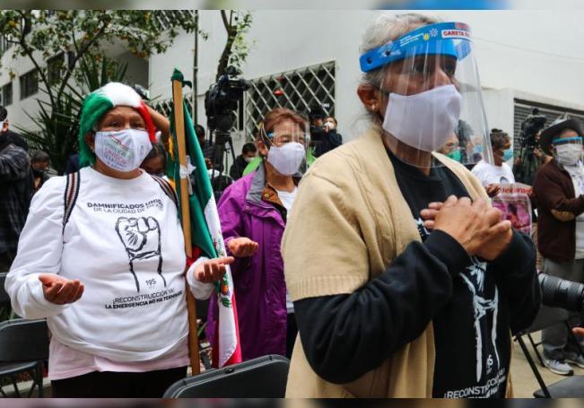 Damnificados que perdieron a familiares y sus viviendas asisten a una misa en memoria de las víctimas de los terremotos, en el marco de los actos conmemorativos de los tres años del terremoto de 2017 y el de 1985, hoy, en Ciudad de México (México). EFE/ José Pazos
