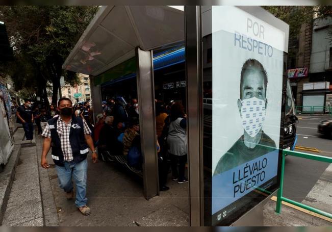Fotografía de una publicidad que promueve el uso correcto del tapabocas, el pasado 12 de septiembre de 2020, en una estación de autobuses en el centro histórico de Ciudad de México (México). EFE/José Méndez