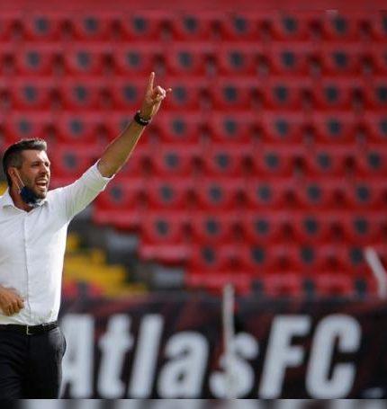 Paulo Pezzolano, entrenador de Pachuca, reacciona hoy, durante un partido correspondiente a la jornada 11 del torneo Guardianes 2020 del fútbol mexicano, en el estadio Jalisco, en Guadalajara, Jalisco (México). EFE/ Francisco Guasco