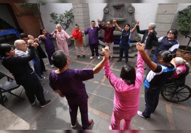 Fotografía cedida hoy por el Centro Mexicano Alzheimer (CMA) que muestra a varios pacientes durante tratamiento en Ciudad de México (México). EFE/CMA /SOLO USO EDITORIAL /NO VENTAS