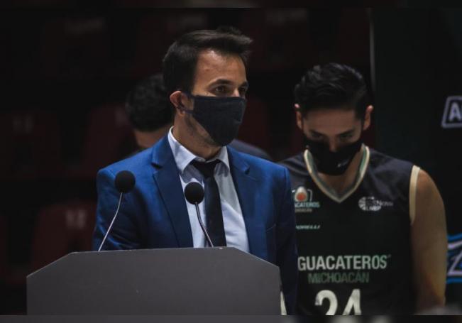 Fotografía cedida hoy por la Liga Nacional de Baloncesto Profesional (LNBP) de México que muestra al argentino Nicolás Casalánguida (i), entrenador de los Aguacateros de Michoacán, durante un partido. EFE/LNBP /SOLO USO EDITORIAL /NO VENTAS