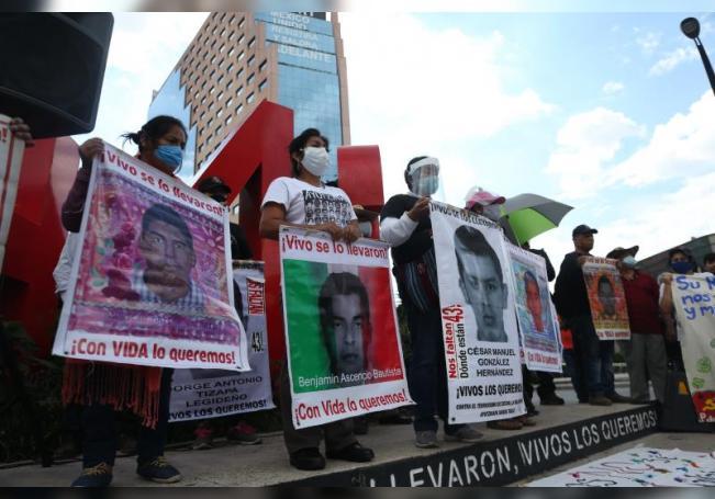 Imagen de archivo de padres y familiares de los 43 desaparecidos de Ayotzinapa. EFE/ Sáshenka Gutiérrez /Archivo