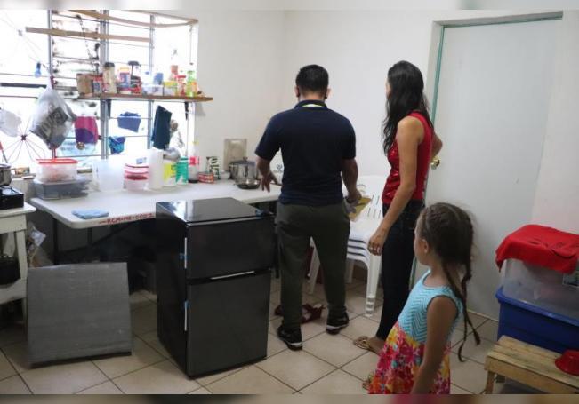 Una familia de migrantes sobrevive en una casa alquilada mientras esperan la respuesta de asilo de Estados Unidos, el 16 de septiembre de 2020 en la ciudad de Matamoros, en el estado de Tamaulipas (México). EFE/ Abraham Pineda
