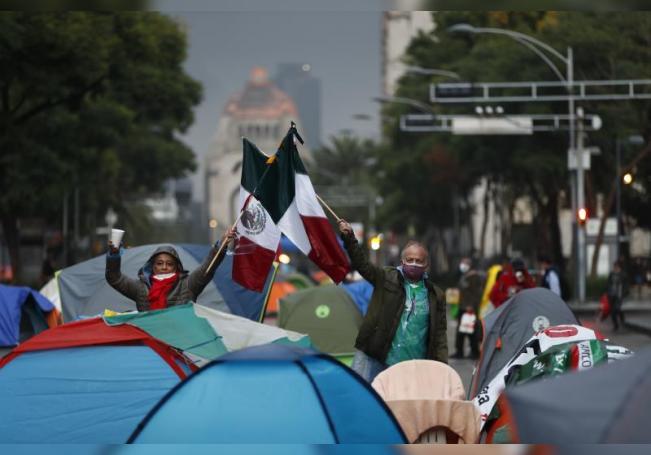 Seguidores y miembros del Frente Nacional Anti-AMLO (FRENAA) continúan con el bloqueo, a lo largo de Paseo de La Reforma y Avenida Juárez, con tiendas de campaña hoy, en Ciudad de México (México). EFE/José Méndez