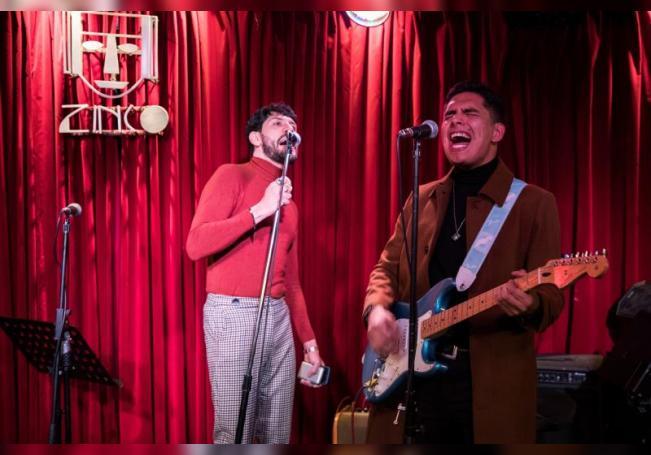 El cantautor Alex Serhan (i) y el guitarrista Gilberto Chong (d), del grupo Tarab, hacen una prueba de sonido el 19 de septiembre de 2020 en Ciudad de México (México). EFE/José Méndez
