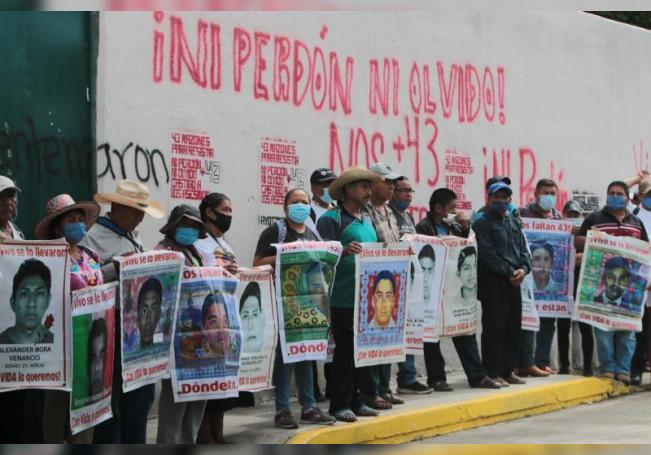 Padres de los 43 estudiantes desaparecidos de Ayotzinapa protestan hoy en el Palacio de Justicia en Iguala (México). EFE/ José Luis de la Cruz
