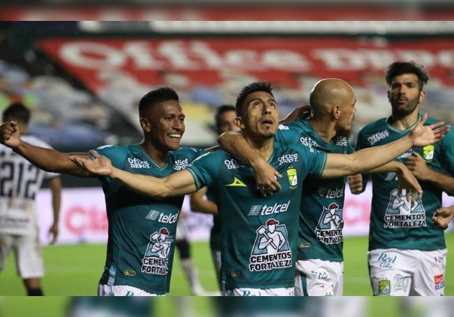 Ángel Mena (c) de León celebra tras anotar un gol ante Pumas hoy, durante el juego correspondiente a la jornada 11 del torneo Guardianes 2020 del fútbol mexicano, en la ciudad de León, en el estado de Guanajuato (México). EFE/Gustavo Becerra