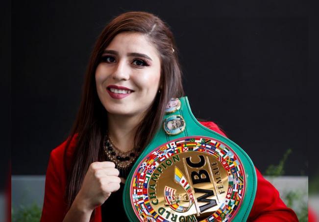 La mexicana Yamileth Mercado, campeona súper gallo del Consejo Mundial de Boxeo (CMB), posa para Efe tras recibir el cinturón de su división durante una rueda de prensa en Ciudad de México (México). EFE/ José Méndez/Archivo