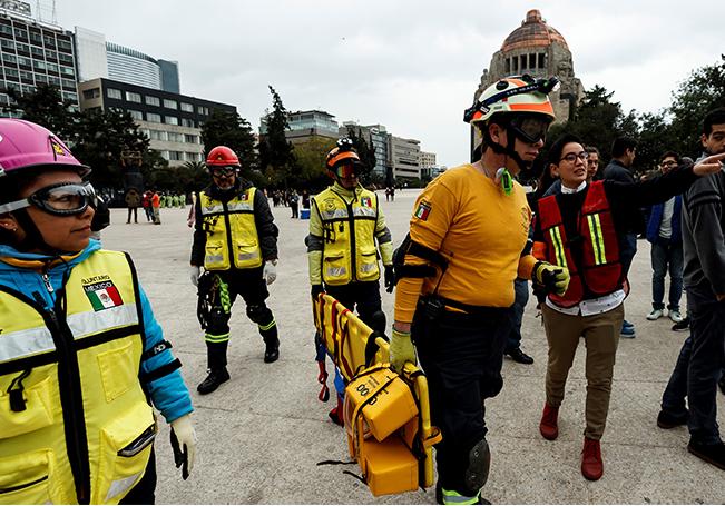 Rescatistas participan en un megasimulacro, en Ciudad de México