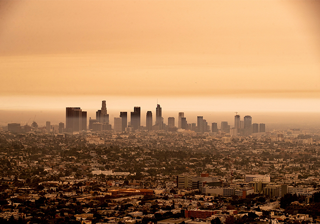 El humo de los incendios forestales de California en lo alto de la atmósfera en todo el estado bloqueó la luz solar y convirtió el cielo en naranja y amarillo.