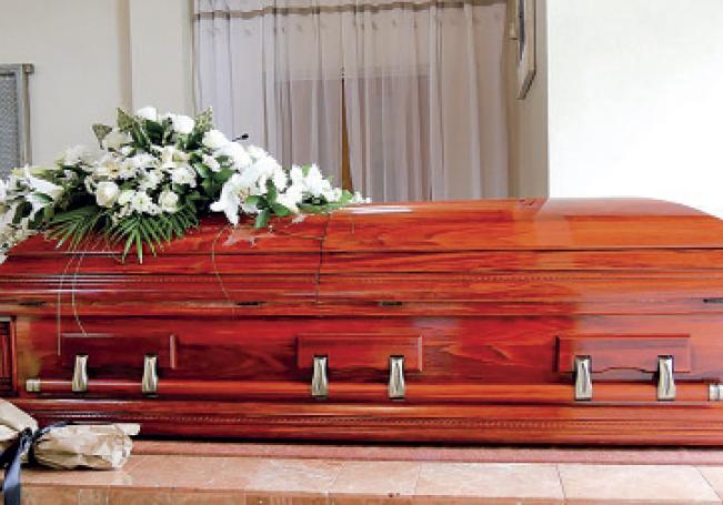 Debido a que no es posible controlar las medidas sanitarias en los domicilios, es que se prohibieron ahí los funerales.