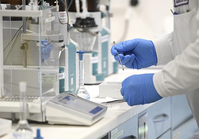 La jefa de científicos de la Organización Mundial de la Salud (OMS), Soumya Swaminathan, advirtió hoy de que no espera que las posibles vacunas contra la COVID-19 estén disponibles para la población general antes de dos años.