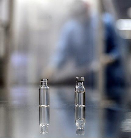 Vista de dos ampollas con muestras de la vacuna contra la Covid-19.
