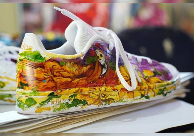 Artista mexicana se reinventa pintando zapatillas para el Día de Muertos