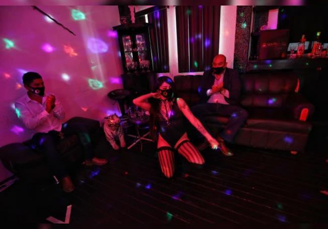 """""""Table dance"""" a domicilio en México: bailes eróticos con sana distancia"""