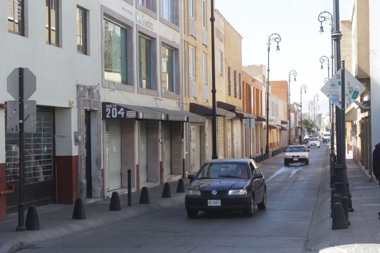 Calle Nieto con los negocios cerrados.
