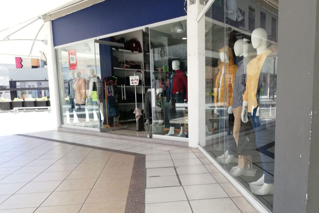 Negocios de ropa en una plaza comercial.