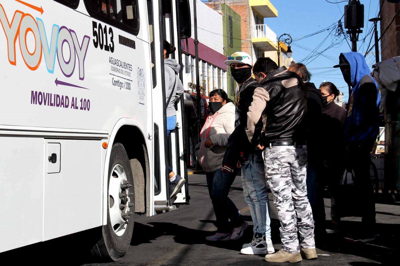 Usuarios del transporte público urbano, abordando un camión.