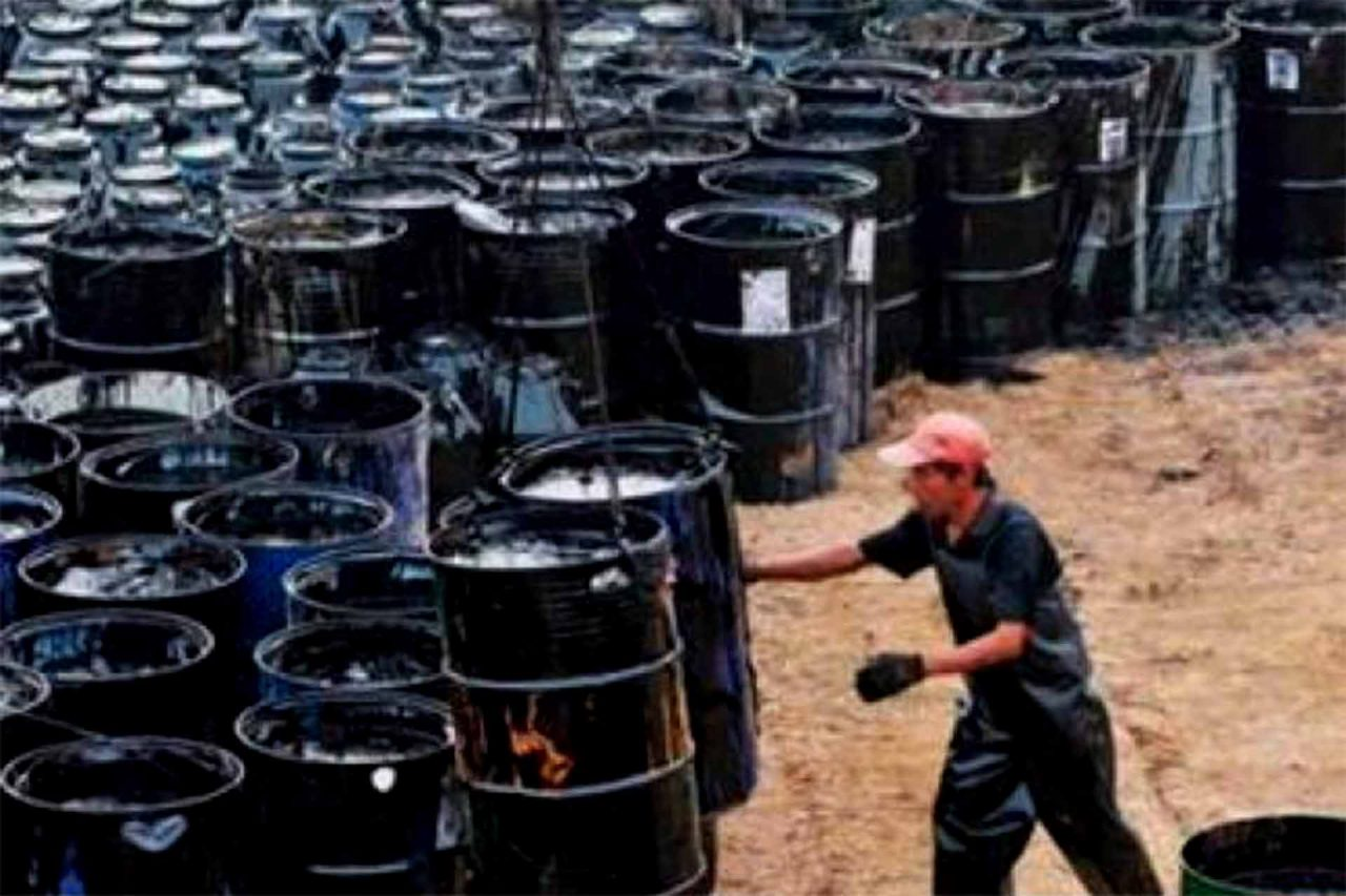 trabajador-barriles-petroleo-22022021-1280x853.jpg